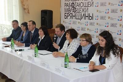 Александр Богомаз вручил брянским больницам ключи еще от девяти машин скорой помощи
